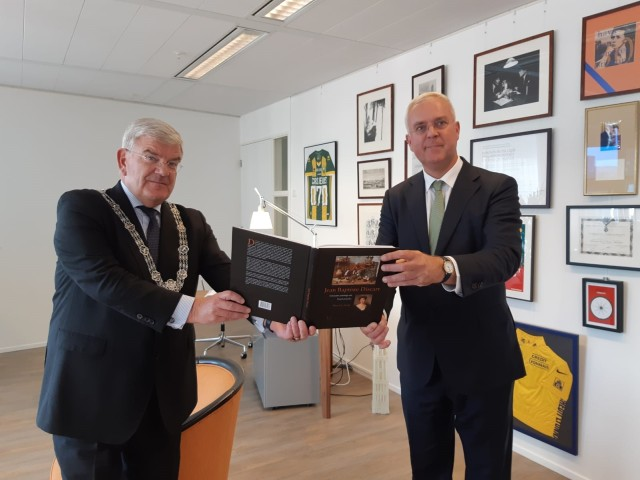 Aanbieden boek door Theo Kralt aan de burgemeester van Den Haag